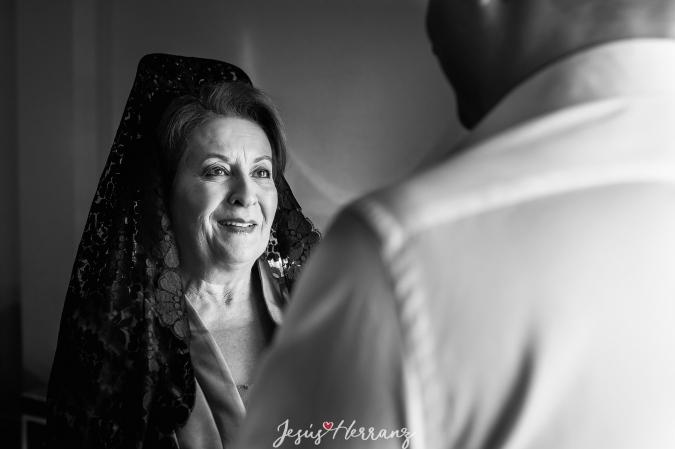 La madre mirando al novio antes de la Boda