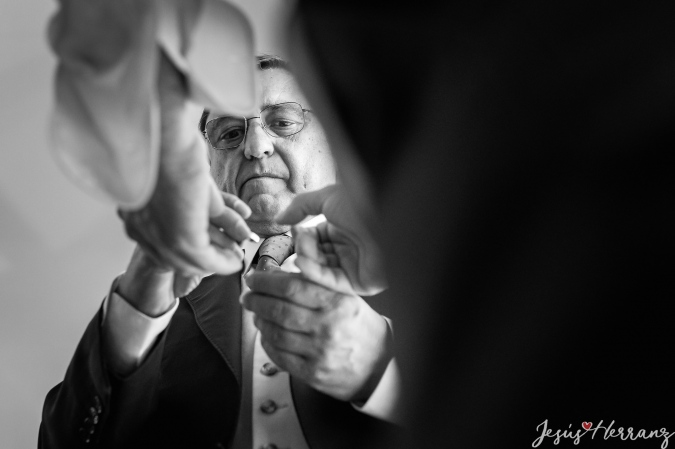 El padre colocando los gemelos antes de la boda