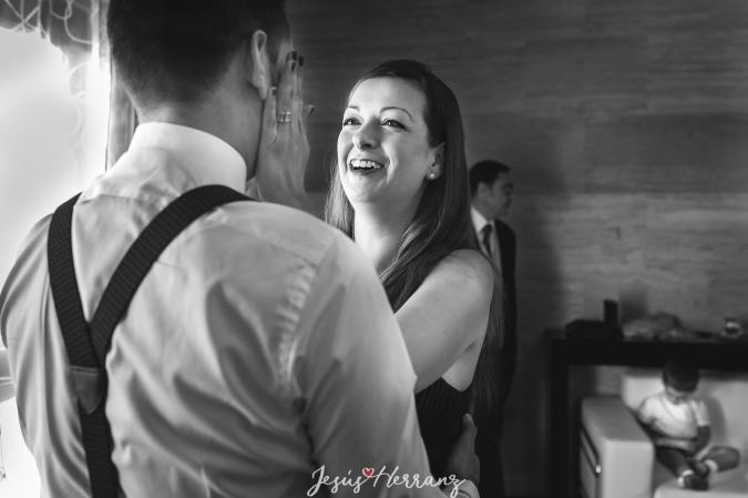 Cuñada riendo con el novio antes de la boda