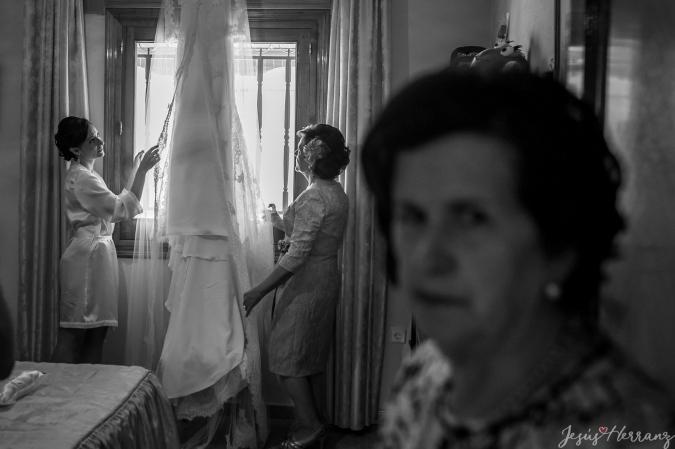 La novia mirando su vestido de novia