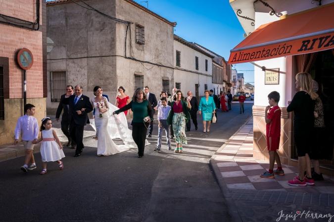 Andando por el pueblo con la novia