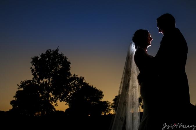 Contraluz de los novios en su boda
