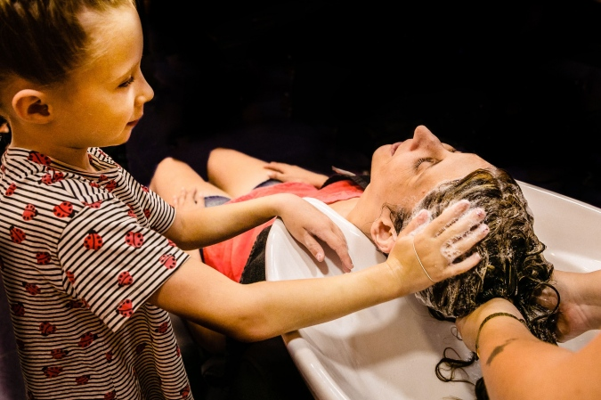 La sobrina ayuda a lavar el pelo