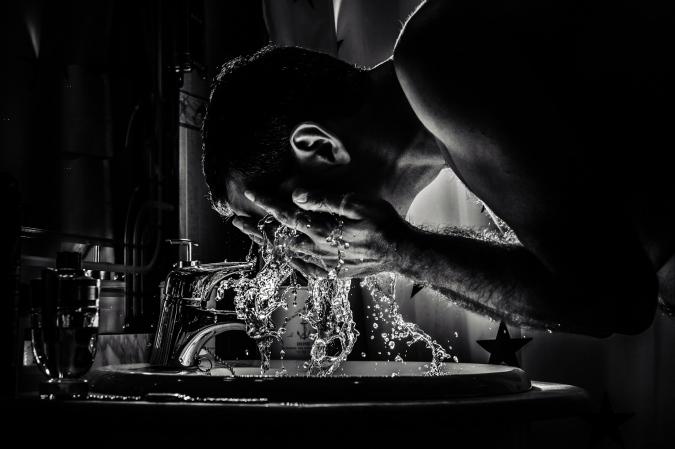 El novio lavandose la cara