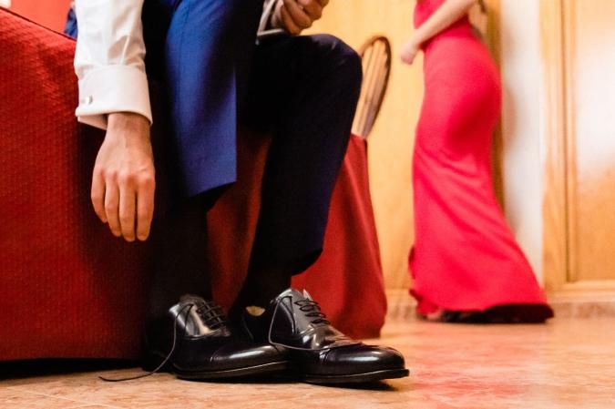 El novio poniendose los zapatos