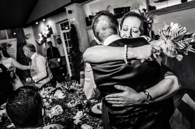 Un abrazo con la madre del novio