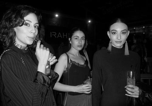 Los modelos se visten de negro