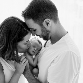 Fotografía newborn recién nacido con padres-Mireia Navarro Fotografía