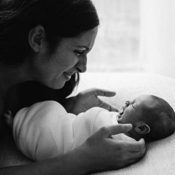 Fotografía newborn recién nacido con madre-Mireia Navarro Fotografía