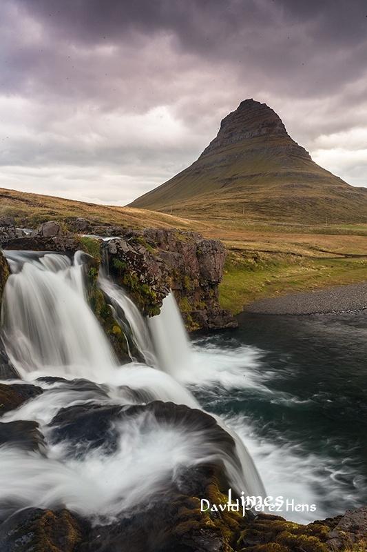 Cascada y Kirkjufell. Imagen David Pérez Hens   - Islandia. - Limes , David Pérez Hens