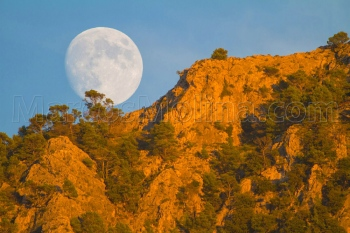 Luna llena saliente al atardecer. Puig de sa Galera, sierra de Tramuntana, Mallorca