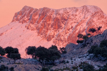 Últimas luces sobre el puig de Massanella nevado. Sierra de Tramuntana, Mallorca