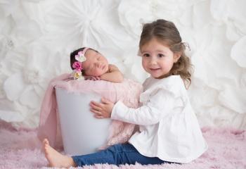 hermana en sesion de fotos newborn