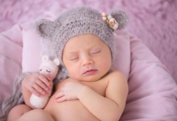 newborn niña con gorro oso