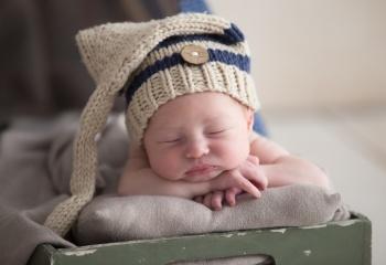 recien nacido con gorro azul y beige