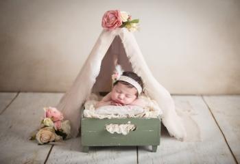 newborn niña en tipi indio