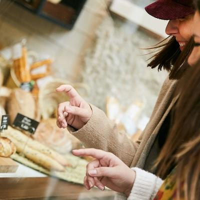 Dos amigas miran el escaparate de las pastelerías Santa Gloria