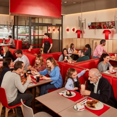 Fotografía publicitaria de un restaurante VIPS lleno de clientes.