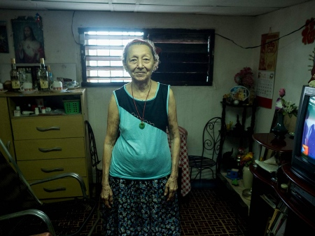 an old lady singer of chinese songs in havana , pictures and photos of last chineses in cuba