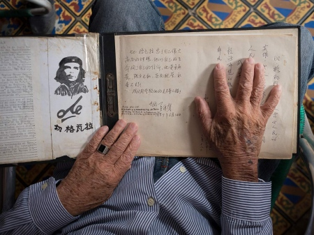 che guevara in a chinese book of notes, picture of cuba