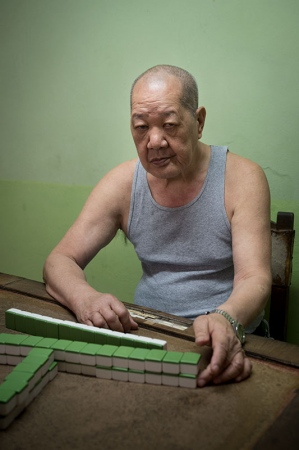 Playing chinese domino in havana , pictures and photos of last chineses in cuba