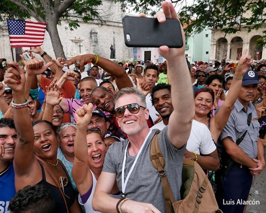 First American cruise in cuba, people waiting for americans