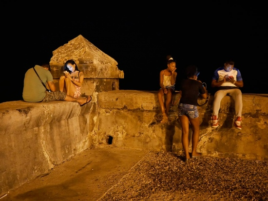 cubans in malecon connected to internet, photo essay by louis alarcon
