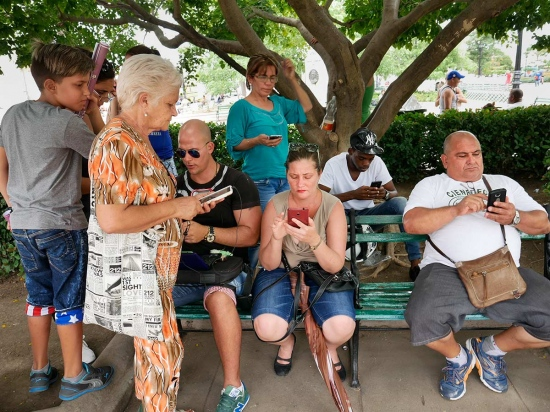cubans in a park connected to internet, photography of new times by louis alarcon
