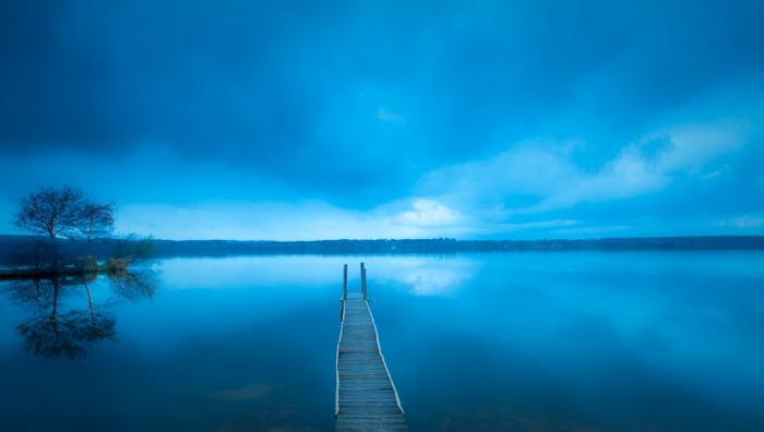 La hora azul sobre la pasarela del lago