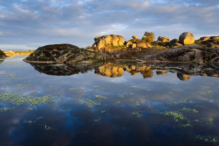 cielo, agua y calma. Paisaje de lago y rocas