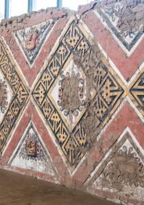 DSC_0005 Bloques de adobe decorado Patio Ceremonial del dios Aiapaec de la montaña Huaca de la Luna