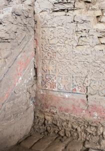 DSC_0030 Bloques de adobe decorado recinto esquinero Huaca de la Luna