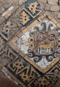 DSC_0037 Bloques de adobe decorado recinto esquinero Huaca de la Luna