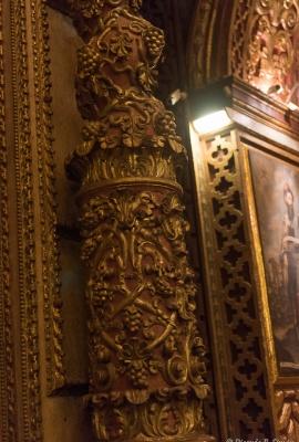 DSC_0444 columnas con uvas y piñas de oro en algunos de los detalles.
