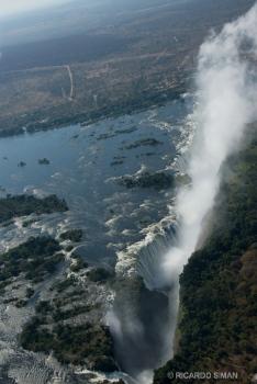 Vista aérea de las cataratas Victoria en Zimbawe y Zambia, Africa.