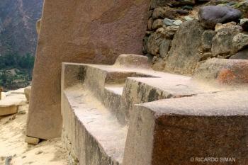 Piedra tallada lista para empalmar en la etapa final de la construcción del templo del sitio ceremonial de Ollantaytambo, Valle Sagrado en Perú.