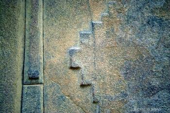 Piedra tallada decorativa en la etapa final de la construcción del templo del sitio ceremonial de Ollantaytambo, Valle Sagrado en Perú.