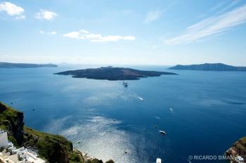 Vista del cráter desde la Isla de Santorini, Grecia.