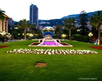 Parque frente al Casino Royale en Mónaco