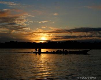 Atardecer Río Madre de Dios en la selva amazónica de Perú.