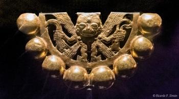 DSC_9562 Sonajero de Oro con representacion de divinidad. Incautado por el FBI en Nuevo Mexico