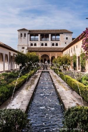 Fuentes en jardines en Alhambra de Granada
