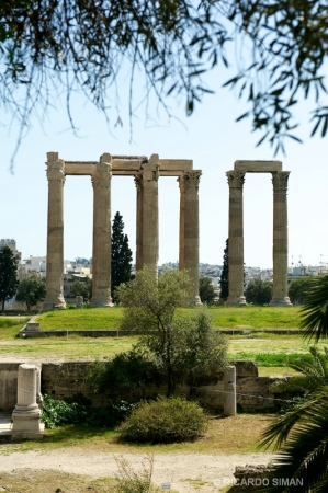 Fachada de templo en Atenas, Grecia.
