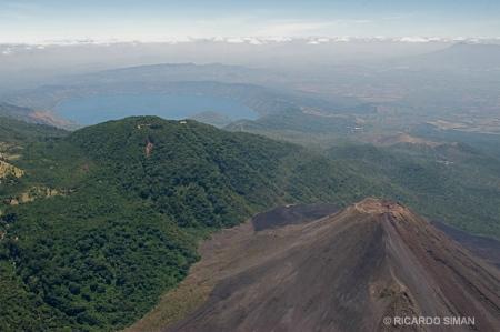 Vista aérea del Lago de Coatepeque, volcán de Izalco y volcán de Santa Ana