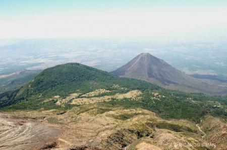 Vista aérea de los volcanes de Santa Ana e Izalco.