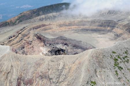 Vista aérea del cráter del volcán de Santa Ana.