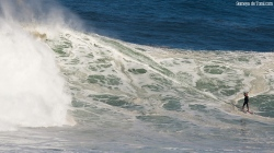 """Manu en un momento que me encanta, ya finalizando la surfeada en la ola pero viendo lo que lleva detrás parece decir """"joder lo que viene ahí todavía"""" (Asturies)."""