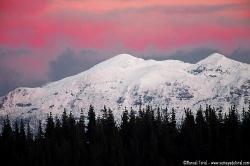 Un invernal Sueve bajo un rojo atardecer.