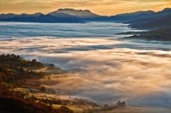 Cuando la luces de amanecer iluminan las nieblas.º