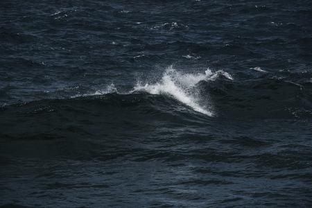 Estas imágenes  han sido realizadas en lugares muy distantes, en dos océanos que sin embargo nos muestran la misma danza de las olas.   Archipiélago  Canario ,Océano Atlántico      Archipíelago